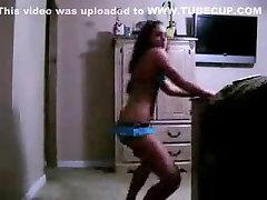 Hot umodne jente rister på rumpa på webkamera