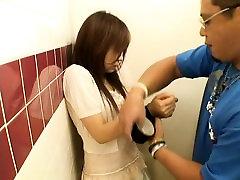 Asiatiske blowjob i et offentlig bad stall