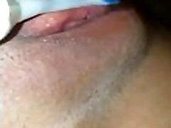 Se masturba con cepillo de dientes y se viene