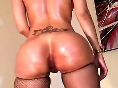 Hottie shaking her thick ass