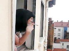 Jolie voisine se masturbe devant la fenêtre