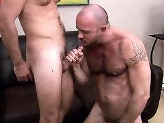 Muscly bear gets ass rimmed